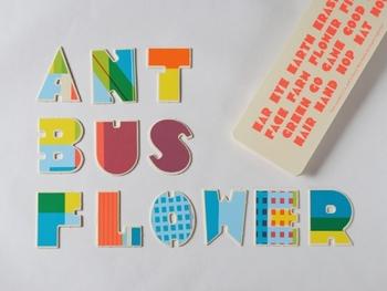 アルファベットの文字がパズルのように取り出せる仕様になっており、さまざまな単語を作って遊ぶことができます。