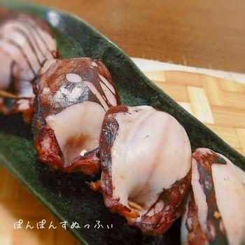 青森県八戸市周辺の郷土料理である「イカのぽんぽん焼き」を、3~5月が旬の柔らかなアオリイカで。イカの足に甘辛味噌をからめて胴体に詰め、魚焼きグリルで焼きます。アオリイカは、うまみや甘味の成分も多く、とてもおいしいイカだといわれています。