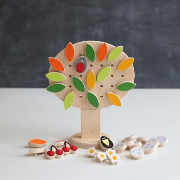 こちらのおもちゃの素敵なところは、新緑、紅葉、雪などのパーツがあるので、春夏秋冬の木を作ることができます。季節の木を作って、お部屋に飾っておくといいですね!