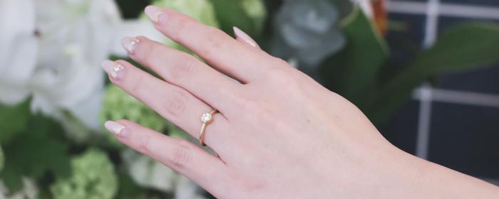 中央に配したダイヤモンドは、その繊細な輝きが最大限に引き出されるよう、熟練した職人が丁寧にセッティングしています。長時間身につけてもストレスを感じさせない、やわらかくて優しい着け心地も特徴です。オーダーメイドではダイヤモンドの大きさやディテールなど、お好みに合わせてデザインを選ぶことができます。ダイヤモンドの美しさが際立つ上質なエンゲージリングは、まさに人生の特別な瞬間を彩るにふさわしい逸品です。