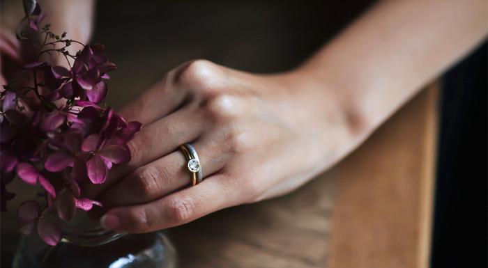 【重ね KASANE】は、KARAFURUの鍛造(たんぞう)の結婚指輪【透 TOU】と一緒に着けることで、互いの魅力を引き立て合い、一層その美しさを楽しむことができます。上品な輝きを放つローズカットダイヤモンドは、ブリリアントカットに比べてファセット(面)が少なく、ごまかしが効かないカットです。ファセットが少ないからこそ、ダイヤモンド自体の上質さが求められ、気品溢れる独特の輝きが手元をエレガントに演出してくれます。ダイヤモンドは3サイズを展開しているので、贈られる方の好みに合わせて選んでみてはいかがでしょう。
