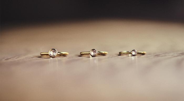まるで透きとおる水のような、透明感のあるローズカットダイヤモンドを配したエンゲージシリーズ【重ね KASANE】。ローズカットダイヤモンドは、ブリリアントカットのダイヤモンドなどに比べて、流通量が10/1程度と言われるほど希少なダイヤモンドです。ローズカットダイヤモンドはアンティークジュエリーにも広く使われており、薔薇の蕾を思わせる形状から「ローズカット」と名付けられました。