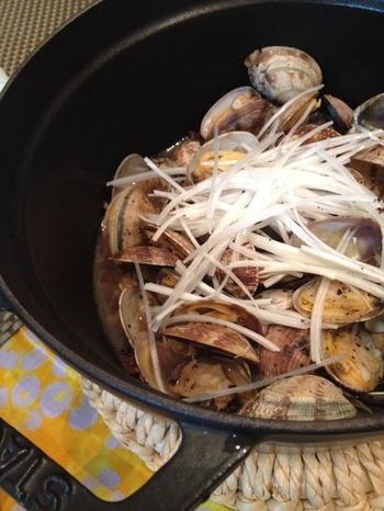 黒豆を発酵させた「豆鼓(とうち)」を使った、中華風酒蒸しもおすすめ。ほんの少しのアレンジで、簡単に新鮮なお料理へと変化させることができます。味もしっかりめで、お酒のおつまみにもぴったり。
