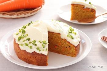 若草色のピスタチオを散らし、彩り爽やかに仕上げたキャロットケーキです。人参はすりおりしたものと千切りの両方を使用。切り方の違う2つの人参をミックスすることで、食感も楽しむことができるでしょう。