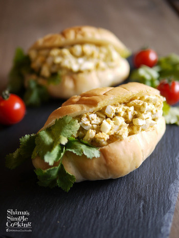 人気のパクチーを卵サンドに! 風味が強いパクチーとのバランスを取るため、卵サラダにカレー粉を混ぜるのがポイントです。