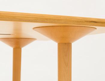 こちらがマッシュルームベーステーブルの由来となった脚部分。きのこを連想させるようなフォルムになっていますね。緩やかなカーブを描いた天板をしっかりと支えています。