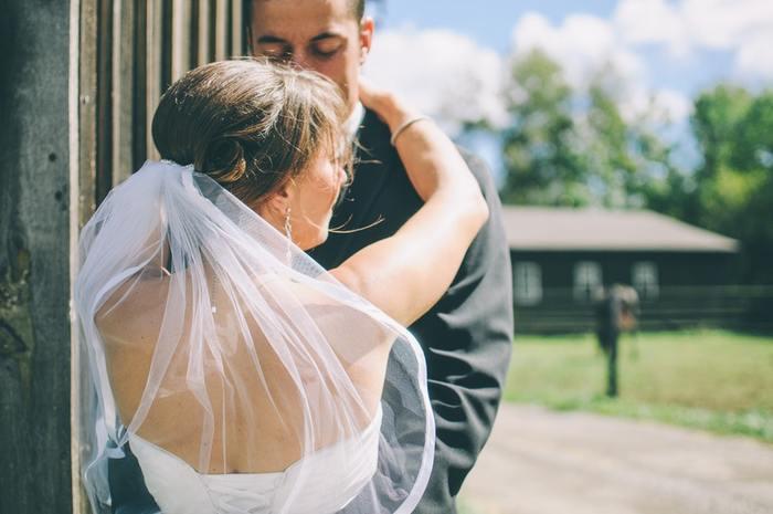 """ヨーロッパでは日本と違い、6月は雨が少なく気候が穏やかです。一年のうちで降水量が少なく晴れの日が多いため、6月に結婚式を挙げるカップルが多かったそうです。6月に結婚式を挙げると、晴天の中多くの人に祝福してもらえることから、""""幸せな結婚生活を送ることができる""""という説が生まれました。"""