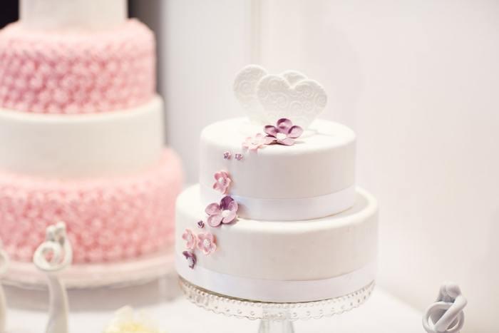 次は「結婚式場」の下見をして予約をします。余裕をもって準備を進めたい方は、結婚式の10ヶ月~1年前から会場探しを始めましょう。式場を探し始める前に、「結婚式のイメージ」を明確にしておくことが大事なポイントです。ゲストにどう過ごしてほしいのか、招待客のおおよその人数や予算など。あらかじめ結婚式のイメージを固めておくことで、式場選びがスムーズに進みます。また、「ブライダルフェア」に参加して、会場の雰囲気やサービスを実際に体験するのもおすすめです。