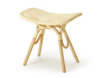 同じくミラノトリエンナーレ金賞受賞作品のスツール。しっかりと編まれた籐が体にフィットし、やさしくたわみます。これまで籐家具と言えば夏に使用するものと考えられていましたが、オールシーズン使える丈夫な家具としてイメージが変わるきっかけとなった家具です。 ▷トリイスツール