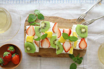 華やかなフルーツのオープンサンド。簡単にできるので、パーティーはもちろん、休日の朝食にもぜひ。