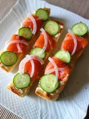 カラフルな見た目が食欲をそそりますね。オープンサンドには定番といえるスモークサーモンには、パンをこんがり焼いておくとパンがしならず食べやすくなります。