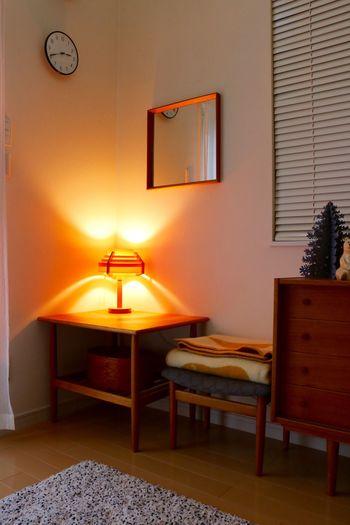 つけるだけで幻想的な空間を演出してくれるテーブルランプ。壁に光が当たるとふわっと優しい明るさを生み出します。間接照明が放つやわらかな光は、北欧の人々が求める暖かいお家にぴったりなんです。