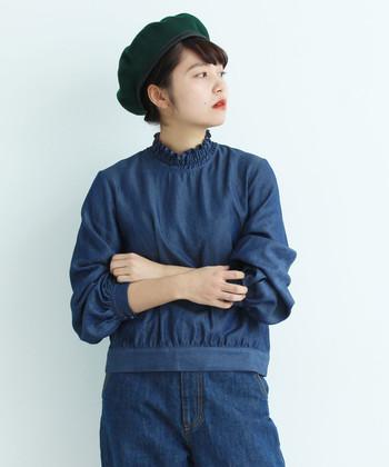 控えめに立ち上がったスタンドネックのデニムシャツ。衿がフリルデザインになっているので、ふとした表情もソフトに引き立ててくれますよ。