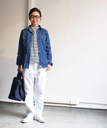シワや折り目がつけられたデニムシャツがあれば、王道のパンツスタイルもたちまち垢抜けた仕上がりに。あえてエレガントなボトムに合わせてみても◎。