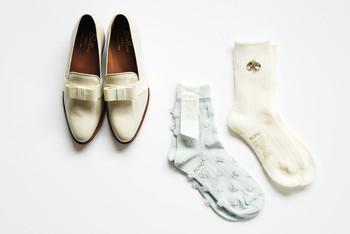 紳士風のエナメルローファーも、まろやかなホワイトカラーが女性らしく昇華。大きめのリボンもポイントです。