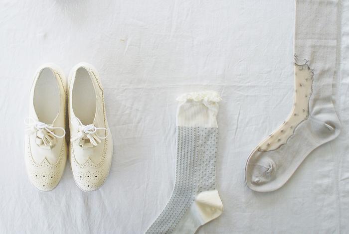 着こなしをパッとクリーンに引っ張るホワイトシューズ。足を入れれば、どんなコーディネートも春らしい印象にしてくれます。気になる方はぜひ参考にして、足元からシーズンを楽しんでくださいね!