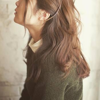 まとめ髪だけでなく、いつものダウンヘアにプラスするのもおすすめ。サイドに留めれば、顔回りをスッキリとさせてくれますよ。