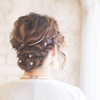 パール系のヘアアクセサリーをマッチングさせれば、華やかな席でも存在感バッチリのヘアアレンジに。髪の間から覗くメタルの輝きが上品です。