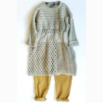 編み方に変化をつけたクロシェワンピースは、着るだけでとびきりの可愛らしさをお約束。ドライな色味でまとめても、しっかりフェミニンに仕上がります。