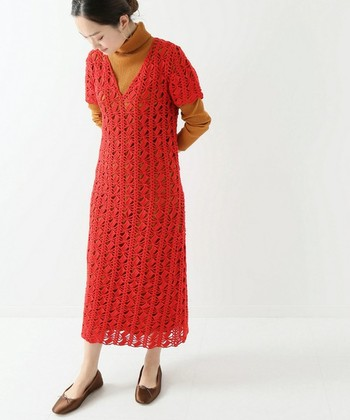 Vネック&ロング丈で、大人感も上々のクロシェワンピース。明るめのレッドにすれば、お出掛け着としても十分な華やかさが備わります。