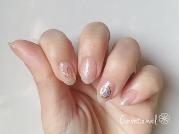 細いゴールドのラインが爪先を優雅に演出。どの指にどう描くかによって、雰囲気もガラリと変わってきますよ。