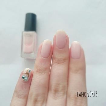 ほんのり自爪の色が透けるくらいのミルキーカラー。手元を可憐に引き立てつつ、品の良さも醸してくれます。小指にラインストーンを配し、さらに指先を愛らしく盛り上げて。