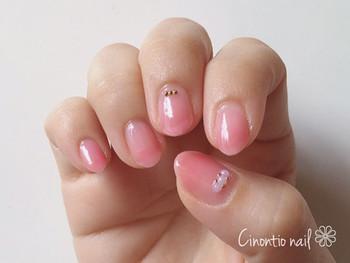 先に向かってだんだんと色づいていく、ピンクのグラデーションネイル。血色感のある色味なので、手先にも違和感なく馴染みます。