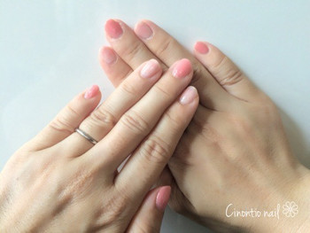"""親指、中指、小指には濃いめの色を乗せて、繊細な濃淡をメイク。春の定番""""ピンクネイル""""も、こんな塗り方ならまたひと味違った仕上がりに。"""
