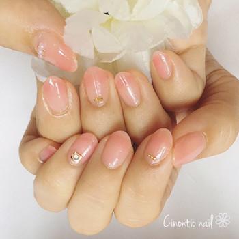 きちんと感を出したいときは、ベージュ味を帯びたピンクがいち押し。落ち着きをキープしつつ、適度な華やかさを叶えてくれます。