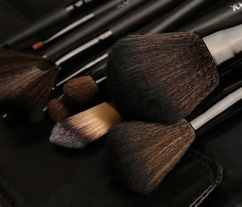 ブラシの毛量や筆先の形によって、ハイライトの入れやすさが各段に違ってきます。可能であれば、顔のパーツによってもブラシを使い分けていきましょう。
