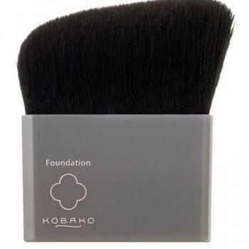 鼻筋など、繊細な筆遣いが求めらる箇所には、細身の刷毛型ブラシがうってつけ。アングルカットになっているとさらに扱いやすいですよ。
