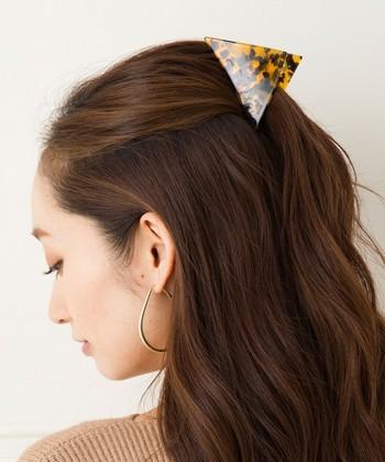 毛を多く取り過ぎると、襟足に残る髪が少なくなり、ちょっぴり寂しい印象になることも…。トップとその付近の髪だけをまとめれば、しっかりとボリュームのあるハーフアップが完成します。