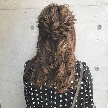 """ねじりヘアは最後にほぐすのが大切なポイント!全体のバランスを見つつ、ニュアンスのあるハーフアップを目指しましょう。髪を予め巻いておくと、""""ほぐし""""もナチュラルにきまります。"""