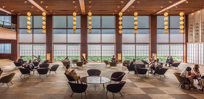 なかでも、建て替え工事に入ってしまいましたが「ホテルオークラ東京旧館」は、木材には檜や杉を使用しインテリアに竹や藤、日本らしさ溢れる継ぎ色紙の技法や工芸品、亀甲紋や麻の葉などの紋様を取り入れたまさにジャパニーズ・モダンの集大成とも言える建物で、絶大なる人気を誇っていました。