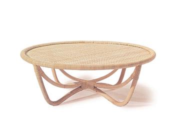 籐家具ブームを牽引した山川ラタンで作られたトリイスツールのテーブルで、ミラノトリエンナーレという家具の見本市では金賞を受賞された作品です。 ダイニングテーブルとしても使用できる高さのあるあるタイプもありますよ。 ▷テーブル QR-40