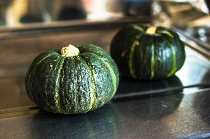 カボチャはもともとたっぷりの甘みがあり、お菓子作りに利用しやすい野菜。美容への効果が期待できる、β-カロテンやビタミンB群、ビタミンC、食物繊維などを多く含んでいます。皮ごと食べるとなお良いのだそう♪