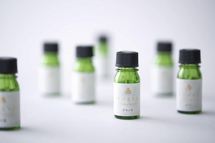 「wacca」の和製油は、日本の土地で育った力溢れる植物から生まれたエッセンス。柚子やクスノキなど、日本人になじみの深い植物の香りで、心と体を癒してくれそう。