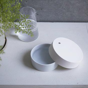 陶器と磁器で出来たアロマディフューザー。電気を使わず自然の力で気化して香らせます。