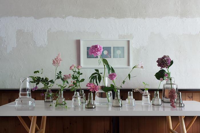 どんな花器に生けようかと考えるのも楽しいもの。お花やグリーンの大きさや長さに合わせて花器をチョイスしてみましょう。花器が変わると、お花全体の雰囲気も変わります。