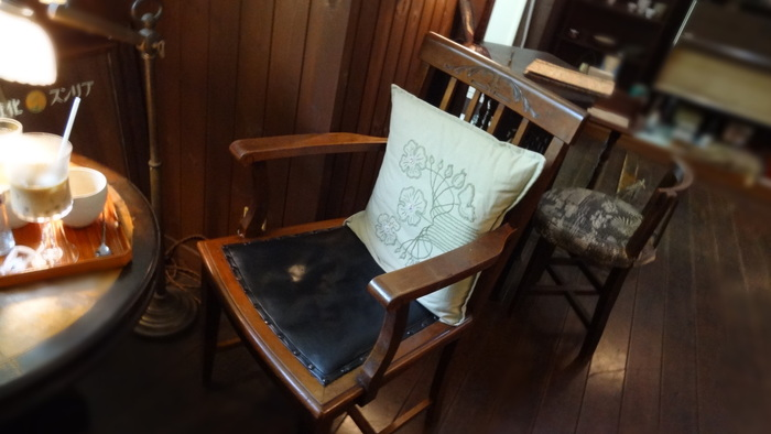 お気に入りの一人掛けの椅子にふかふかのクッションがあれば、いつもの食事やティータイムが特別なひとときに変わりそう♪