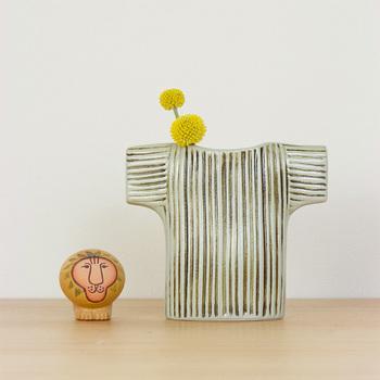洋服の形をしたこちらのフラワーベースは、オブジェとしてそのまま飾っても、小さなお花をちょこんと活けても絵になります。リビングはもちろん、お客さまを迎える玄関においても素敵です。