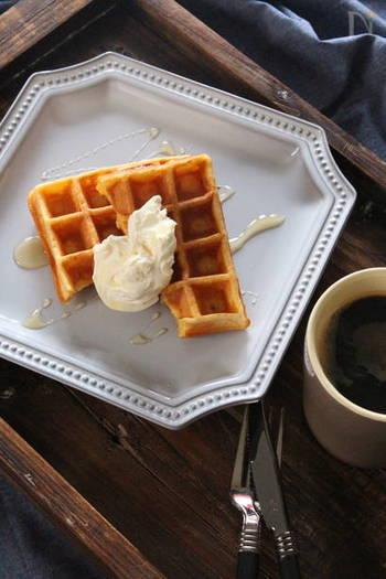 おやつだけでなく朝ごはんにも活躍してくれそうな、人参のワッフルレシピです♪すりおろした人参を生地に混ぜて作ります。仕上げに添える、サワークリームとハチミツのクリームとの相性も魅力!