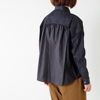 一見シンプルなデニムシャツですが、バックにはギャザーがたっぷり!空気感のあるシルエットで、去り際に女性らしい余韻を残しましょう。