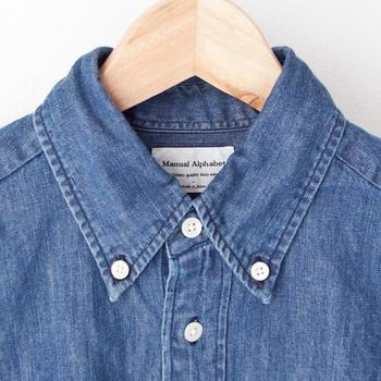 """ちょうどいい肉厚感と、高い着回し力。私たちのワードローブを支えてくれるそんなデニムシャツは、春のファッションには欠かせない存在です。 そこで今回は、今年真似したいデニムシャツの着こなし方を、コーディネートのテイスト別に大特集。要チェックな""""ひとくせ""""アイテムもご紹介しますよ♪"""