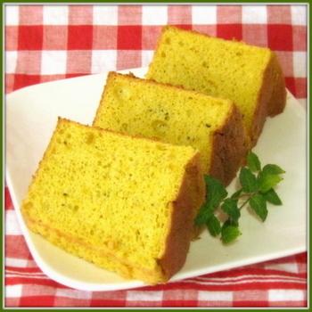 こちらはカボチャを皮ごと使ったシフォンケーキのレシピです。皮を取る手間も省け、栄養も摂れるから一石二鳥♪シナモンの風味がアクセントになっています。