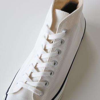 1892年に福岡県久留米市に創業して以来、120年以上に渡り日本の靴文化を支えてきたシューズメーカー「Asahi(アサヒ)」。バルカナイズ製法を用いて、足にしっくりと馴染む靴作りを行っています。 デッキシューズはすっと伸びた細身のシルエットが美しく、どこか懐かしい雰囲気を纏っています。