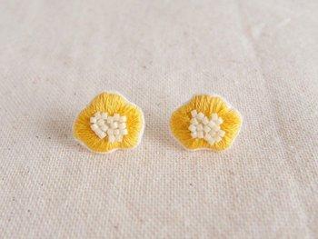 フェルトに刺繍されたナチュラルな素材のピアス。中心のコロンとしたビーズがかわいいですね。鮮やかな黄色が春を連想させます。真っ白なコットンのシャツに似合いそう。
