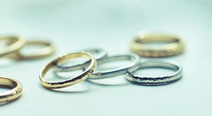 鍛造技術で作り出される指輪は、変形に強く耐久性がありながらも、指にしっくりと馴染む優しい着け心地が特徴です。リングのデザインは、フラットな曲線が美しい「ベーシックマット」、槌目(つちめ)模様が上品な印象の「槌目ツヤ」と「槌目マット」の3種類を展開しています。
