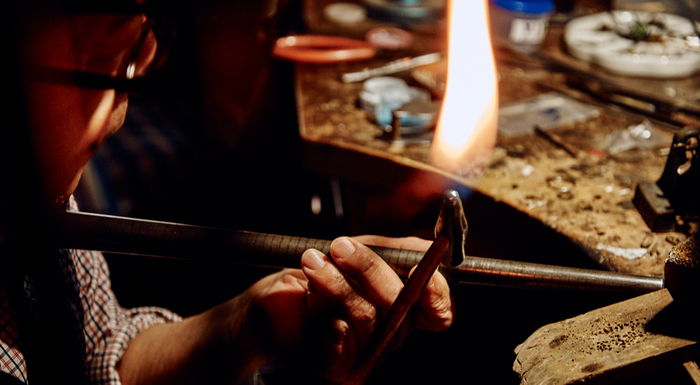 鍛造とはその字のごとく、金属を「鍛えて造る」加工製法のことです。日本刀をつくる刀工(刀鍛冶)によって培われた鍛造法は、金属を熱しては叩くことを繰り返して、より強くしなやかなものしていく製法です。