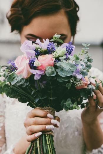 """""""幸せな結婚""""の象徴として、日本でも広く知られている『ジューンブライド(June bride)』。 欧米では古くから「6月に結婚すると幸せになれる」という言い伝えがありますが、人生の大事なライフイベントである結婚式は、素敵な思い出として記憶に残したいですよね。 そこで今回は、結婚を控えたすべての女性のために、『ジューンブライド』の由来や結婚式の段取り、シンプルで美しいエンゲージ&マリッジリングをご紹介します。"""